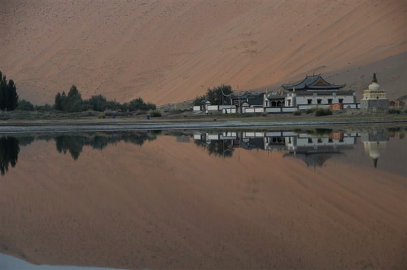 巴丹吉林沙漠庙海子